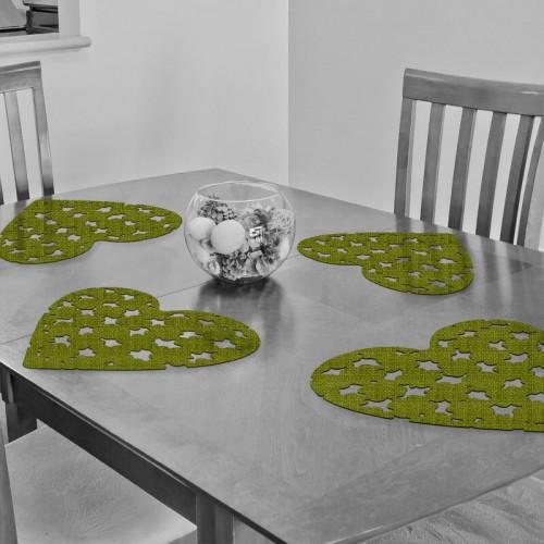 Decoracion de mesa con salvamanteles en forma de corazon